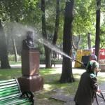 Mycie pomników w parku