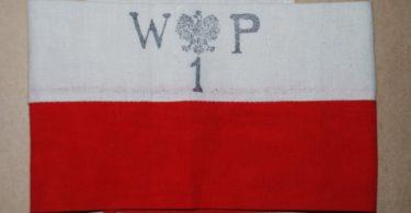 Biało-czerwone opaski noszone przez powstańców na prawym ramieniu
